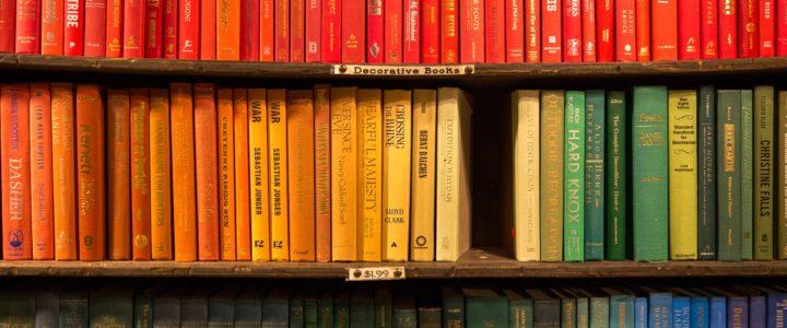 Boeken georganiseerd op kleur