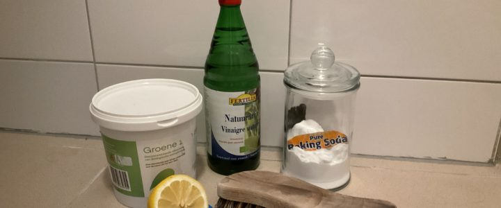 Groene zeep, azijn, baking soda, citroen en borstel