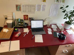 Rommelig bureau